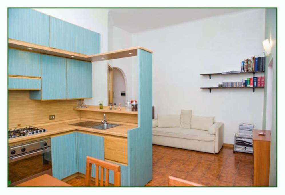 ampio soggiorno con cucina a vista e penisola