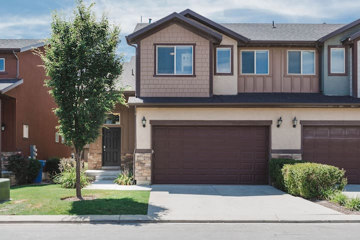 Perfect location, clean, beautiful LEHI townhome