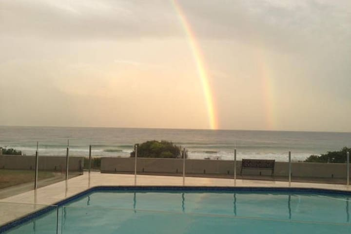 Room in Ocean Beachfront Unit with Swimming Pool - Narrabeen - Flat