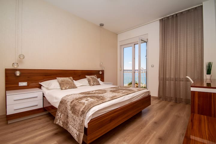 Bedroom No3, No4 and No5 with double bed, AC and ensuite bathroom