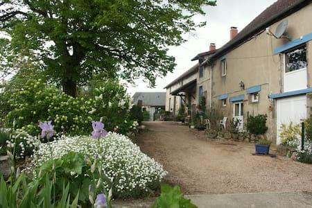 Vakantiehuis omgeven door natuur, leuk voor honden - Montaigut