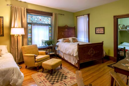 Liberty House B&B, Antiques & Gifts - Seward - Bed & Breakfast