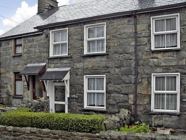 BODALAW, character holiday cottage in Trawsfynydd, Ref 3750