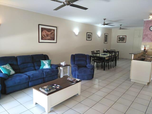 Spacious large 3BR Apartment near CBD, free WIFI