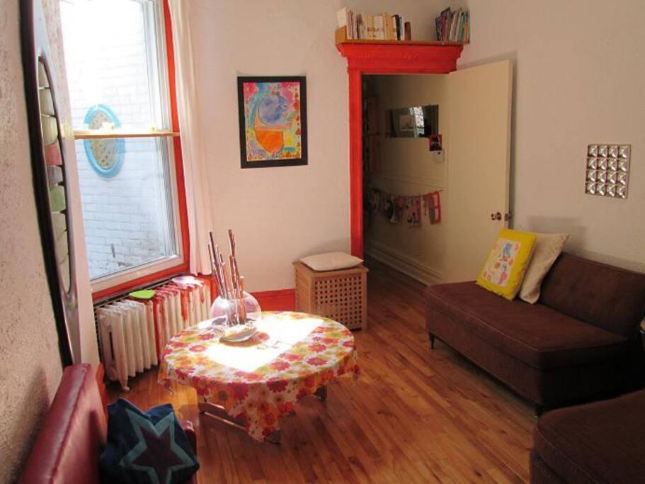 Salon et petit couloir menant à la cuisine