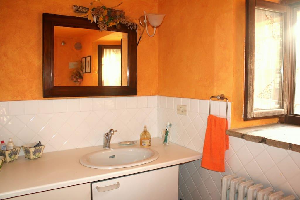 bagno composto da doccia, water ,bidet e mobile lavello con cassettiera.