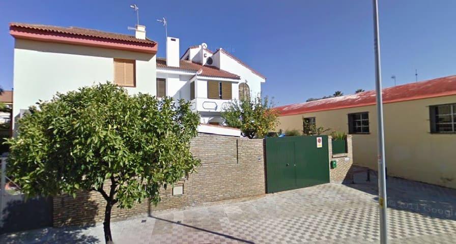 BUENA HABITACION ,EN BUENA CASA, EN DOS HERMANAS - Dos Hermanas - House