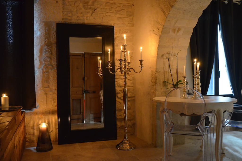 o suites chambre baroque avec jacuzzi priv houses for rent in bernis languedoc roussillon. Black Bedroom Furniture Sets. Home Design Ideas