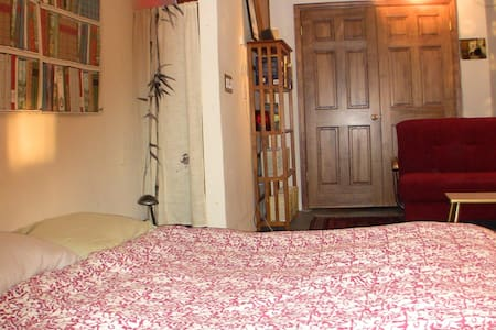 Cozy w/ private bathroom and yard! - Queens - Hus