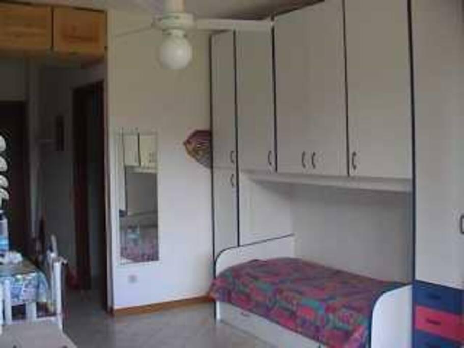 L'ampio armadio e il divano letto