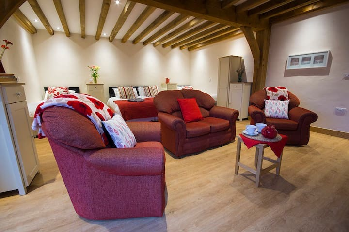 5* Luxury Barn Conversion. Roomy suite sleeps 4.