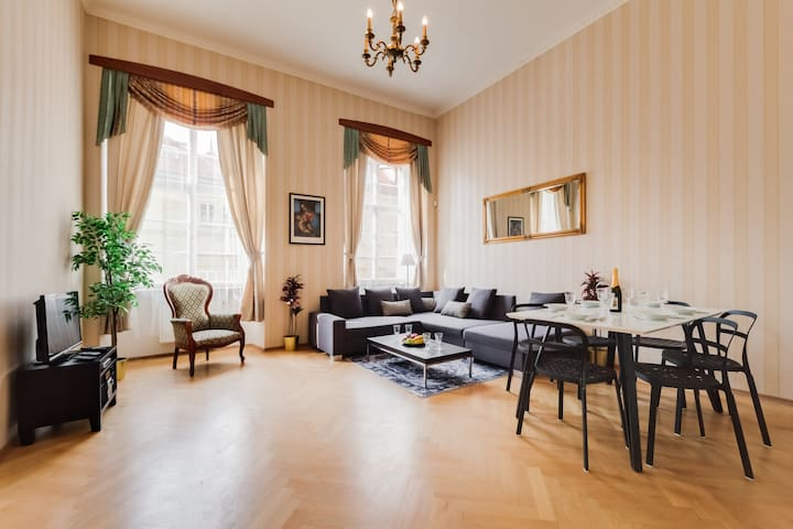 3 bedroom Baroque Apartment next to Charles Bridge