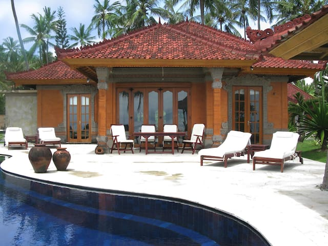 Seafront villa with private pool - คารังกาเซม