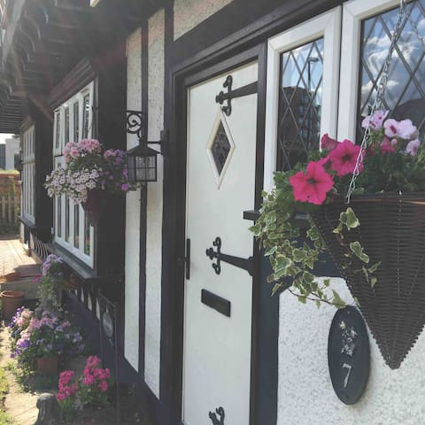 Tudor Cottage  Coulsdon 25min into London