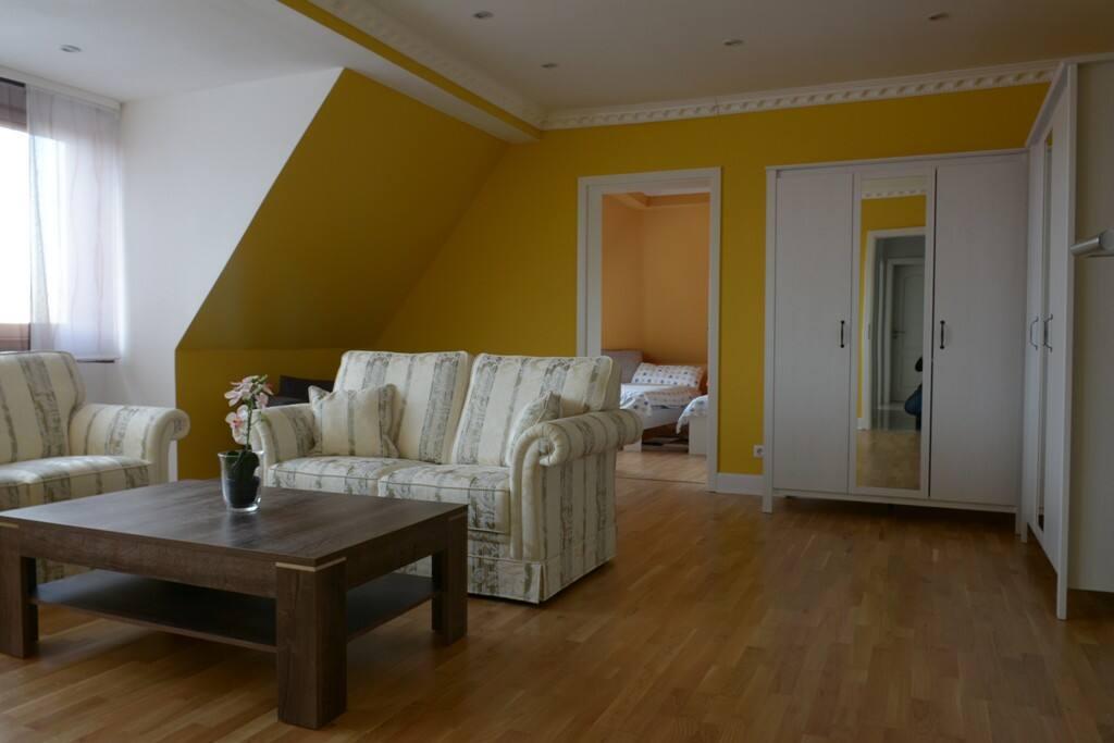 Das Wohnzimmer mit Schränken