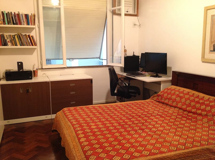 This is a room with a confortable double bed provided with clear bedding, cable TV/DVD and air conditioner.
