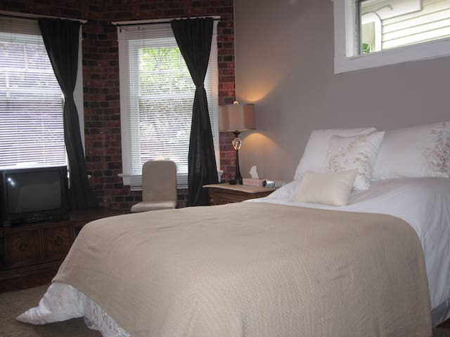 Spacious Private Room,King Size Bed