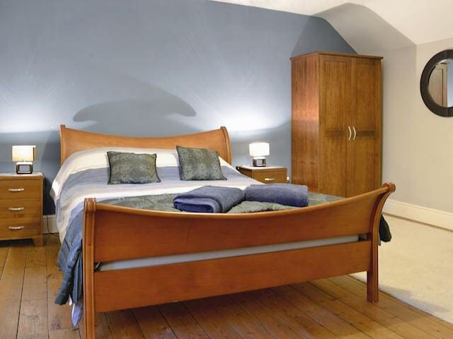 King size slaybed with en suite facilities.