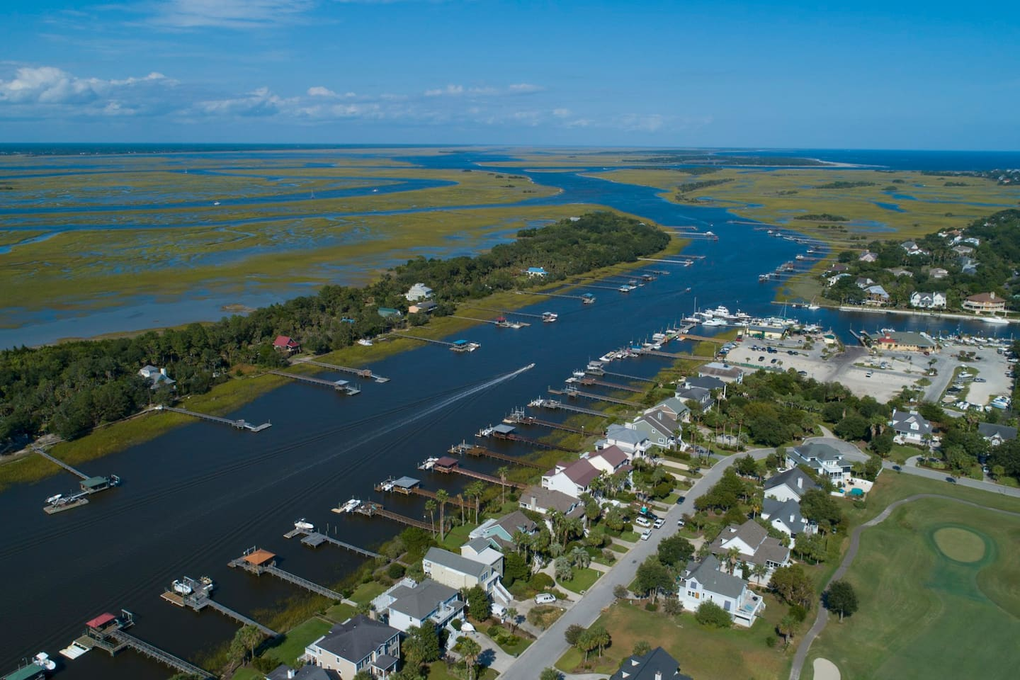 Charming Cottage on the waterway with Big view, dock and five minutes from the marina. Great fishing, crabbing, harvest oysters, boating, collecting shells, exploring the two and a half mile dirt road on the island are just a few things to do. RELAX.