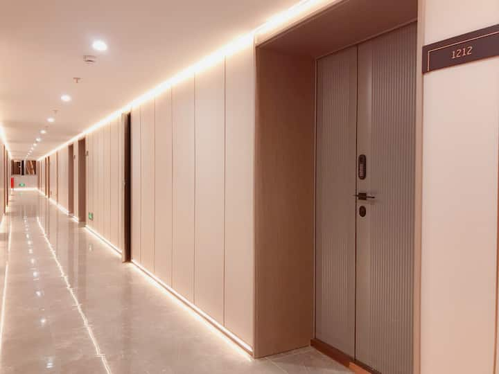 《时代》外滩、南京路步行街奢华大三房,可住7人。楼下一分钟就到步行街。电梯房