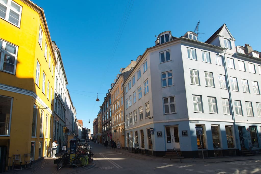 Live on one of the most loved streets in Copenhagen, in the famous Latin quarter. Only 5 mins to the Metro/train and 20mins from the airport!