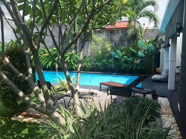 Tropical house in hip expat enclave - South Jakarta - Hus