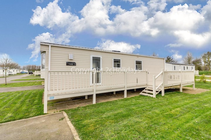 Luxury caravan for hire with decking on Skipsea Sands in Yorkshire ref 41004B