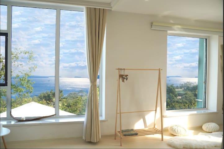 【日出很近】海边0距离/市中心无敌180度海景房/超大落地窗/睡在海里的感觉/面朝大海春暖花开
