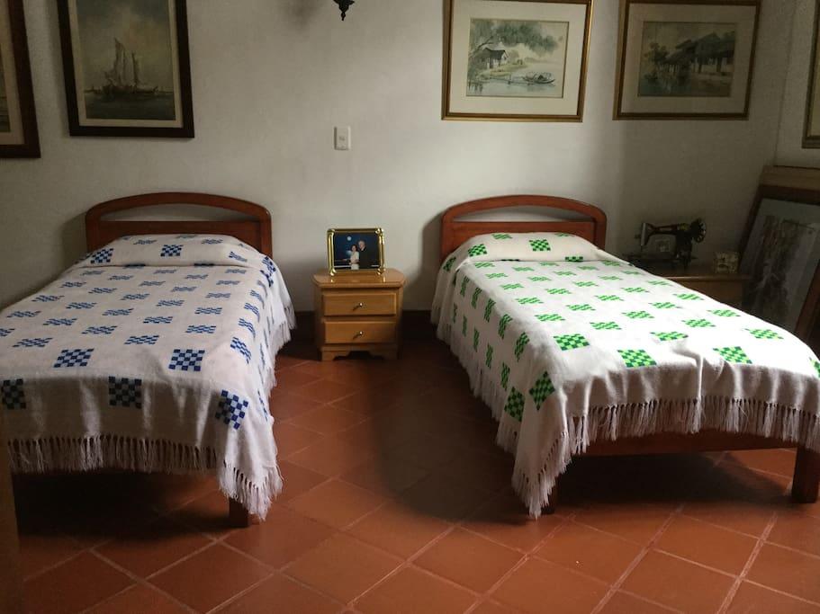 Cuarto con 2 camas gemelas. Este cuarto tiene vista a la calle.
