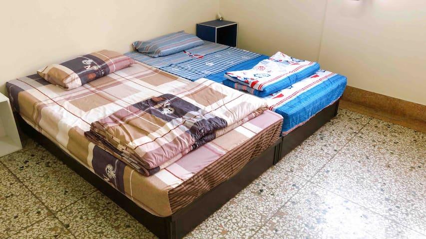兩張單人床