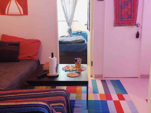 Colourful Apartment - 2 Minutes from HKU MTR