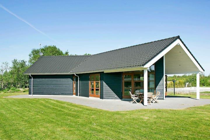 Modernes Ferienhaus in Storvorde mit Indoor-Whirlpool