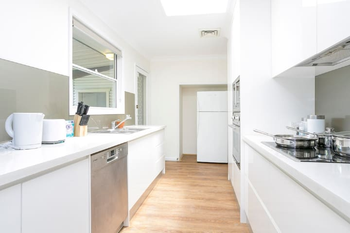Convenient 4 Bedrooms Sunny House Near Parramatta