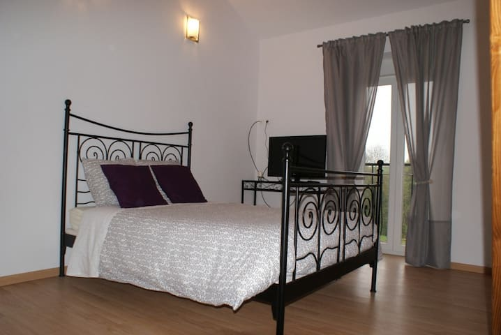 Chambre d'hote spacieuse jusque 6 p - Crézilles - Bed & Breakfast