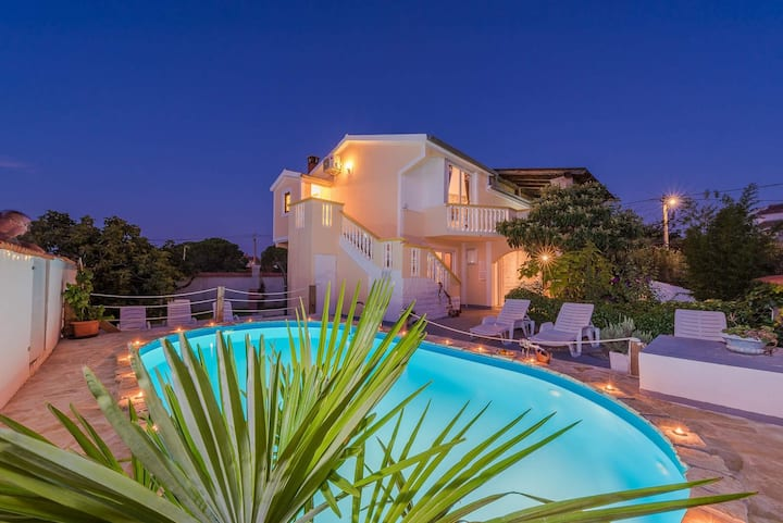 Villa with private heated pool in Pakostane