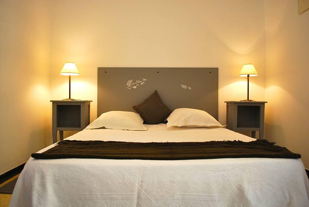 Un grand lit, bien confortable