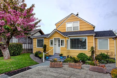 Beautiful 4bd/2ba, 2 Blks to Beach with Hot Tub!