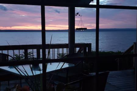 Lake Side Home, Stunning Views & sunrises!
