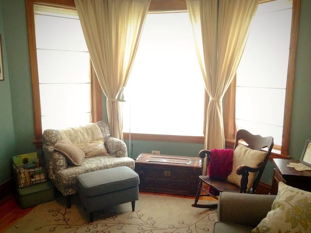 3BR Classic Chicago Graystone in Humboldt Park