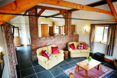 Spacious country barn stunning view - Monmouth - Lejlighed