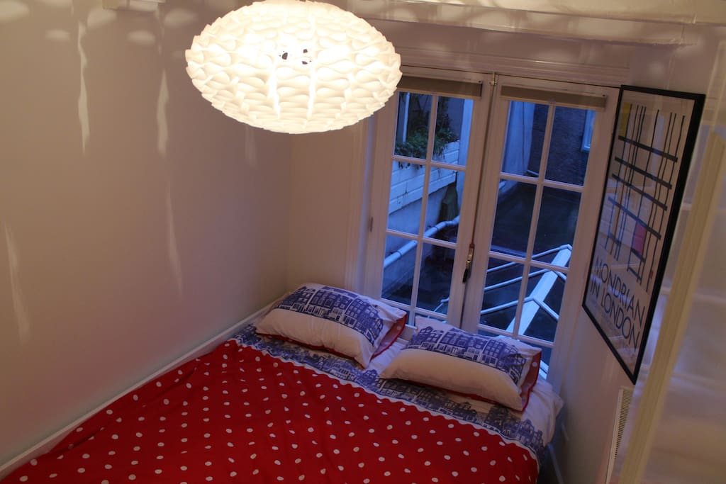 Second bedroom with bed that can be configured as either a single or queen size bed