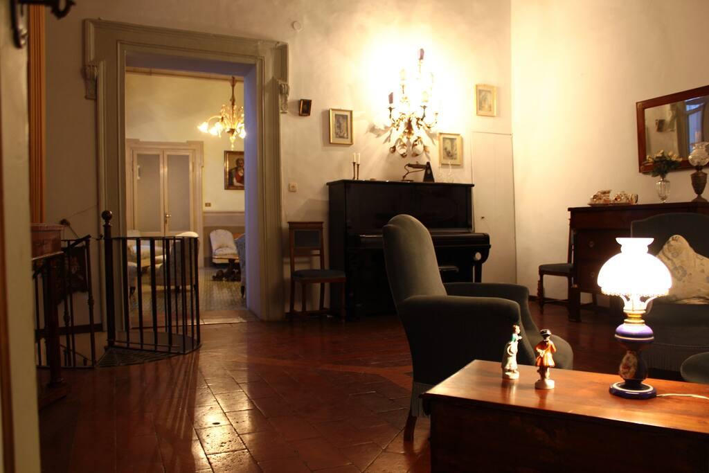 Salone AZZURRO con pianoforte al primo piano