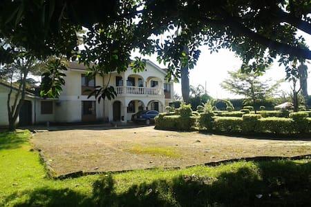 Beautiful Victorian ~ Marura Villa - Nakuru - Bed & Breakfast