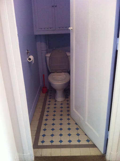 toilettes privées séparées de la salle d'eau
