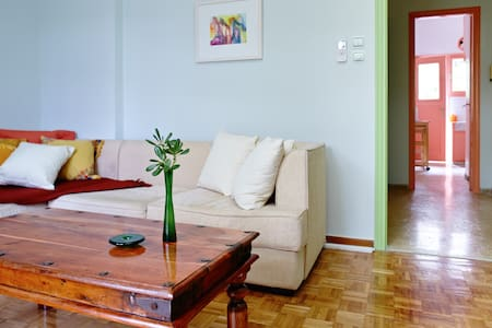 Shiny Happy Apartment People - Atenas
