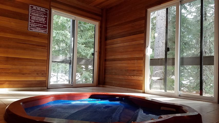 Creekside 2 Bedroom, Private Hot Tub, Free Parking - Whistler