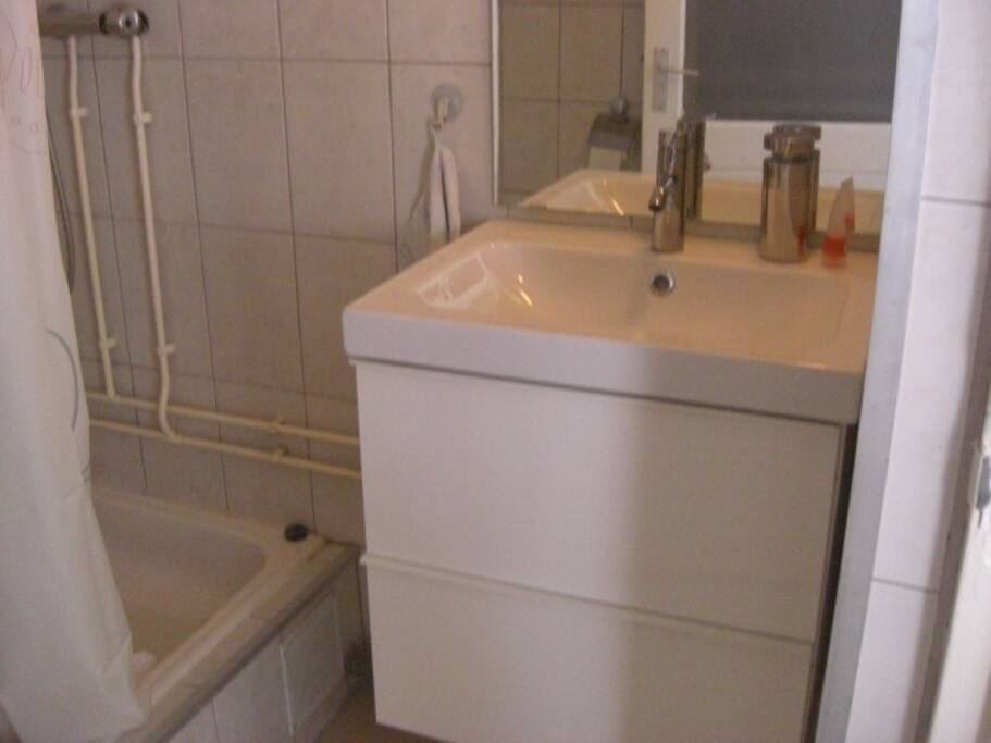 Wastafel grote spiegel in badkamer