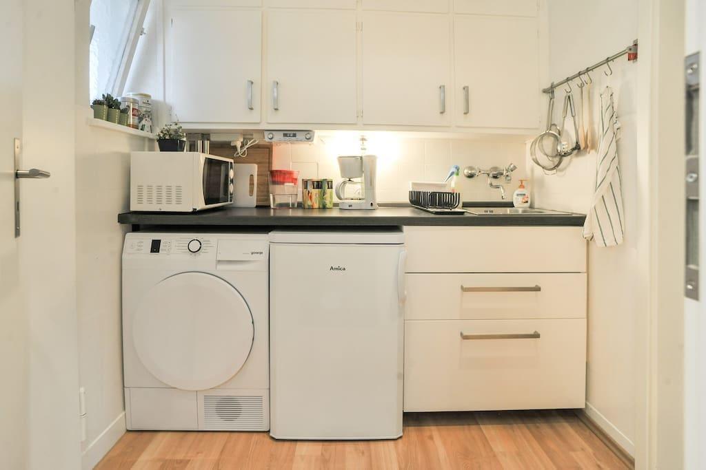 Eine kleine, dennoch voll ausgestattete Küche.