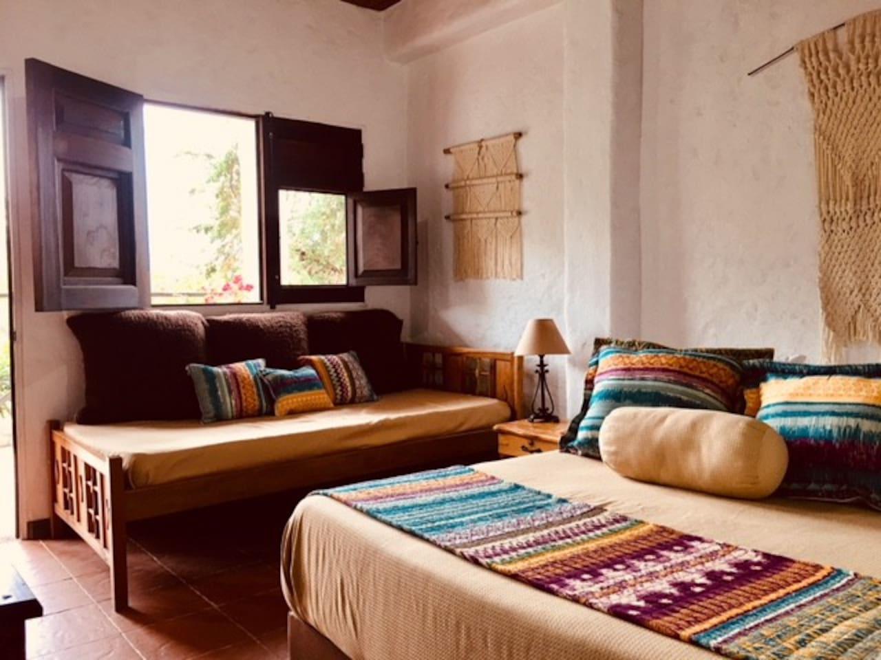 Cama Doble y cama sencilla, con vista a las montañas y el pueblo.