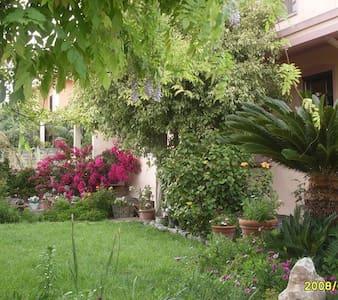 Private room in big garden - Cabras